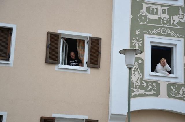 Zustimmung und Ablehnung gegenüber dem Aufmarsch in Mühldorf.  Foto: f-pics