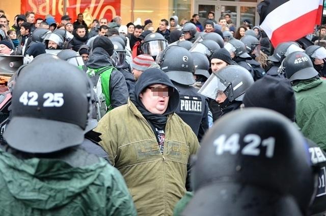 Kurz vor der Verhaftung: Der für das Abspielen des Pink-Panther Songs verantwortliche Neonazi.  Foto: Timo Mueller