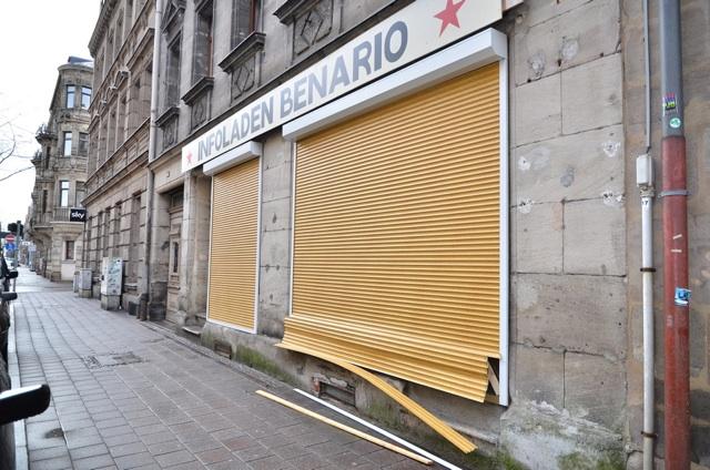 Der beschädigte linke Infoladen in Fürth. Foto: Timo Mueller