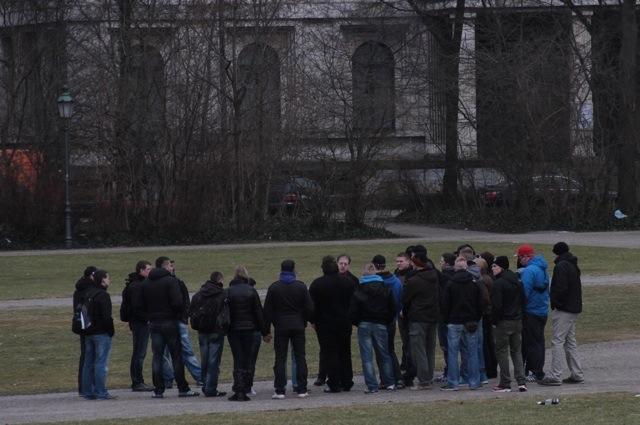 Die neonazistische Reisegruppe auf dem Königsplatz. Foto: Zacharias O. Gross