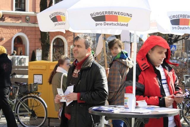Stefan Werner (r.) und ein weiterer Aktivist am Rosenheimer Platz. Foto: a.i.d.a.