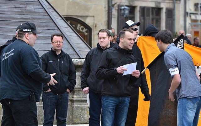 Kundgebung in Weißenburg. Mit (v.l.n.r.) Jens Rüttiger, Ralf Ollert, Marcel Maderer, Roman S., Josef W. und Sven Diem.  Foto: Timo Mueller