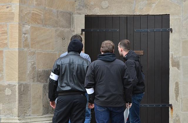 Neonazis bedrängen einen Fotografen.  Foto: Timo Mueller