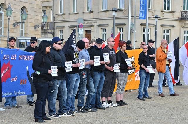 Die Neonazis solidarisieren sich mit inhaftierten Holocaustleugnern und Gewalttätern.  Foto: Timo Mueller