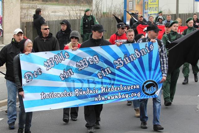 Transparent des 'Nationalen Bündnis Niederbayern' (NBN) beim Aufmarsch in Schwandorf.  Foto: Jan Nowak