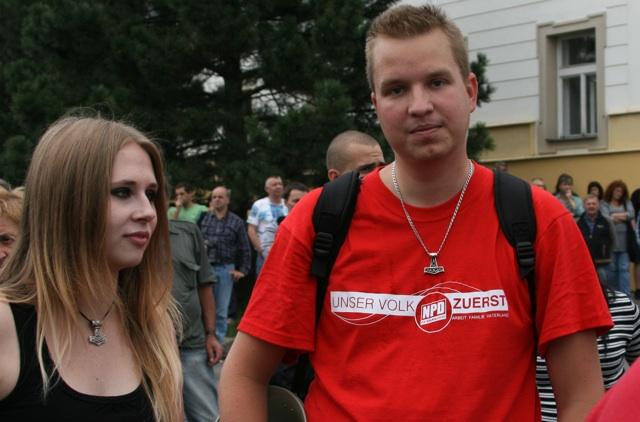 Jiří Petřivalský (r.) in NPD-T-Shirt bei einem Neonaziaufmarsch in Novy Bór.  Foto: Robert Andreasch