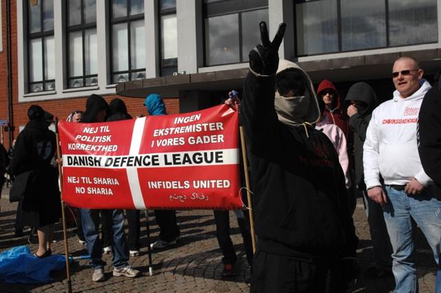 Vermummte Hooligans der 'Danish Defence League' auf der Kundgebung.  Foto: Robert Andreasch