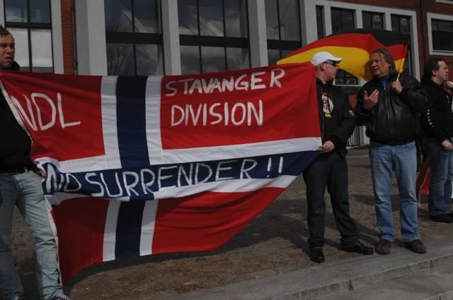 Thomas Weiß (r., mit Fahne) unterhält sich mit einem Aktivisten der 'Norwegian Defence League'.  Foto: Robert Andreasch