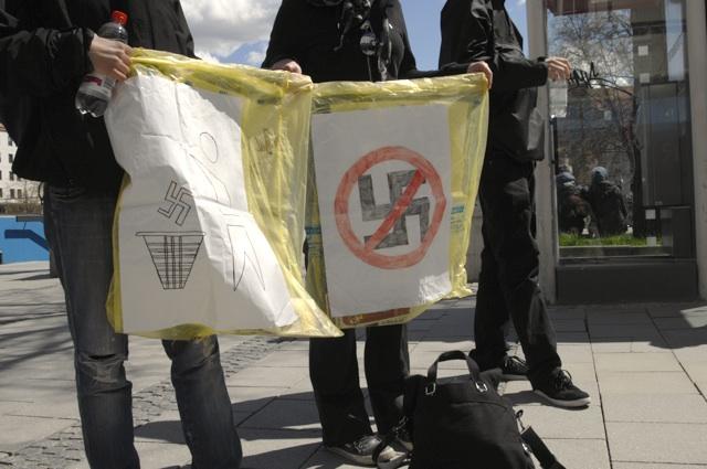 Antifaschistinnen sammeln NPD-Propaganda ein.  Foto: Robert Andreasch