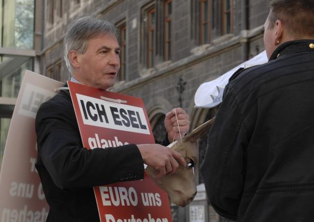 Infostand mit 'Esel' Wuttke (l.).  Foto: Robert Andreasch