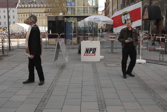Der NPD-Infostand hinter dem Rathaus. Foto: Robert Andreasch