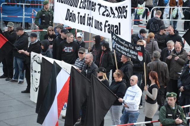 Ein Teil der zur 'Elstner-Gedenkwache' versammelten Neonazis. Foto: Robert Andreasch