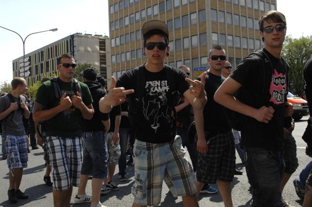 Wenig bürgernah: Aggressiv pöbelnde Neonazis beim Aufmarsch.  Foto: Robert Andreasch