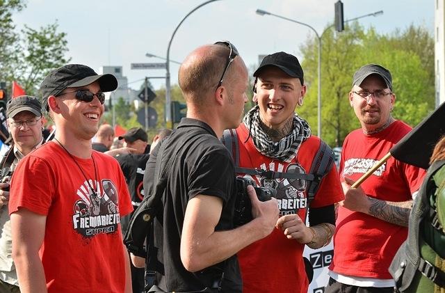 Neonazis versuchen stundenlang, Medienvertreter_innen einzuschüchtern und zu behindern.  Foto: Timo Mueller