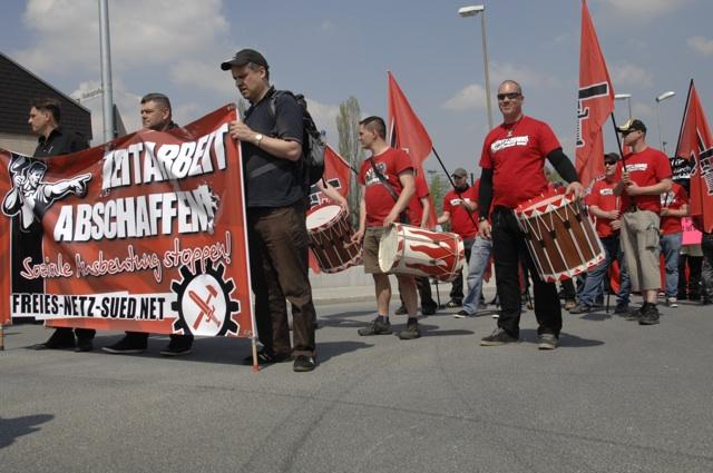 Fronttransparent des 'Freien Netz Süd' mit Uwe Meenen (l.), Rainer Biller (m.) und Jürgen Schwab (r.).  Foto: Robert Andreasch