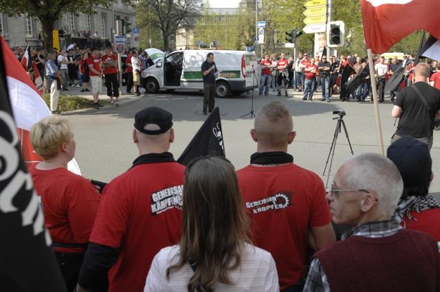 FNS-Aktivist Jürgen Schwab spricht auf der Zwischenkundgebung.  Foto: Robert Andreasch