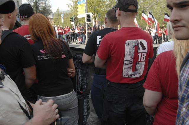 Mit T-Shirt der rechten Terrororganisation 'Combat 18' beim Aufmarsch in Hof.  Foto: Robert Andreasch