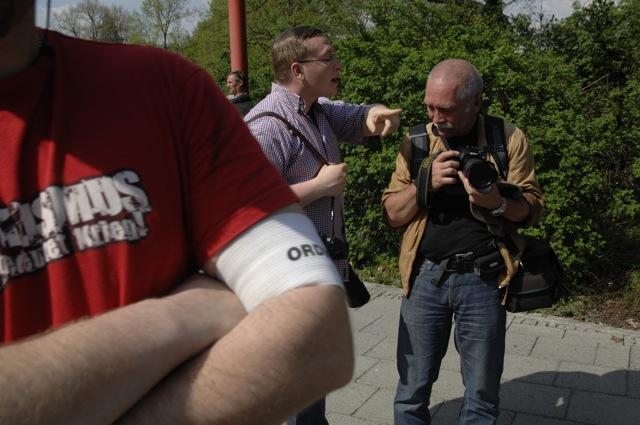 Michael Reinhardt (Anti-Antifa-Nürnberg) geht aggressiv gegen einen Pressefotografen vor.  Foto: Robert Andreasch