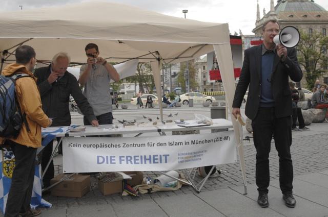 Michael Stürzenberger (r.) bei der selbsternannten Kundgebung auf dem Karlsplatz. Foto: a.i.d.a.