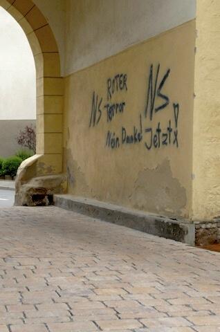 Gesprühte Drohungen an der Einfahrt zum Schloss Schney.  Foto: Robert Andreasch
