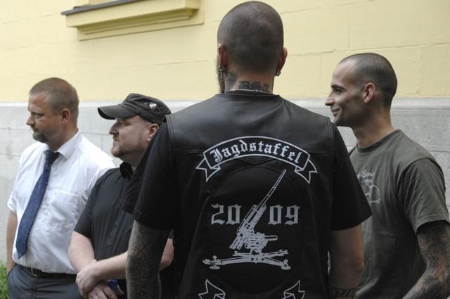 Wieses Rechtsanwalt Frank Miksch, Martin Wiese und die Prozessbesucher der 'Jagdstaffel D.S.T'.  Foto: Robert Andreasch