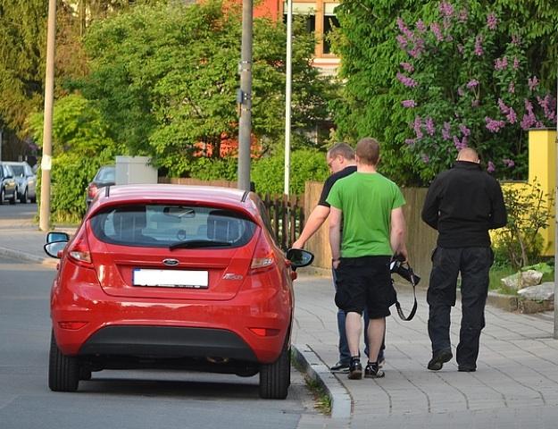 Michael Reinhardt begutachtet den Vorderreifen des einst angezündeten PKWs einer antifaschistischen Familie aus Fürth. Foto: Timo Mueller