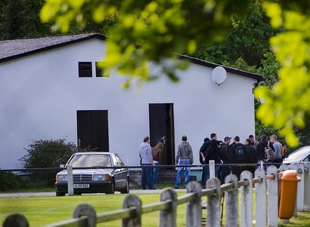Neonazis treffen sich zum 'Redner- und Liederabend' in der Vereinsgaststätte des SV Maiach. Foto: Timo Mueller