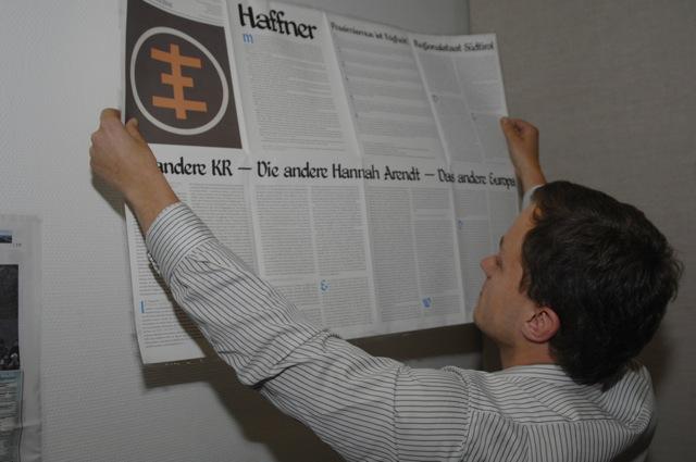Die extrem rechte 'Thesen durch Fakten-Anschläge'-Wandzeitung am Stand der 'Jungen Freiheit'.  Foto:  Robert Andreasch