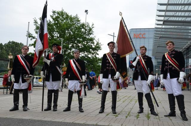 Die extrem rechten Burschenschaften 'Thessalia' (Bayreuth, l.) und 'Sudetia' (München, r.) beim 'Sudetendeutschen Tag'.  Foto: Hannah Hofmann