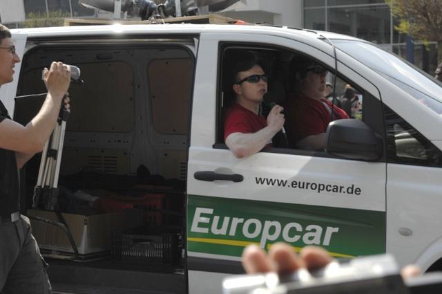 Kai-Andreas Zimmermann gibt beim FNS-Aufmarsch am 1. Mai 2012 in Hof die parolen aus dem Lautsprecherwagen vor. Foto: Robert Andreasch