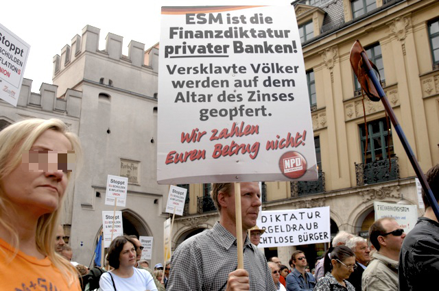 In der Mitte mit NPD-Plakat: Heinrich Klenhart (NPD) bei der Kundgebung der 'Freien Wähler'.  Foto: Robert Andreasch