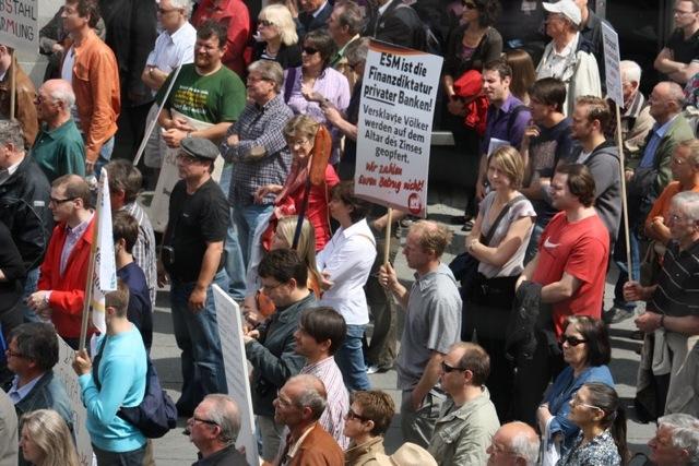 Heidrich Klenhart (NPD) mit Schild der neonazistischen Partei bei der Kundgebung der 'Freien Wähler'. Foto: TK