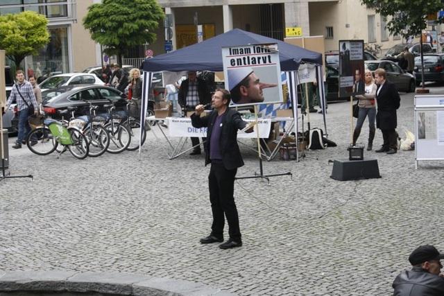 Geringe Resonanz bei der 'Kundgebung' der rechtspopulistischen DF mit Michael Stürzenberger (m.) am Rindermarkt. Foto: TK