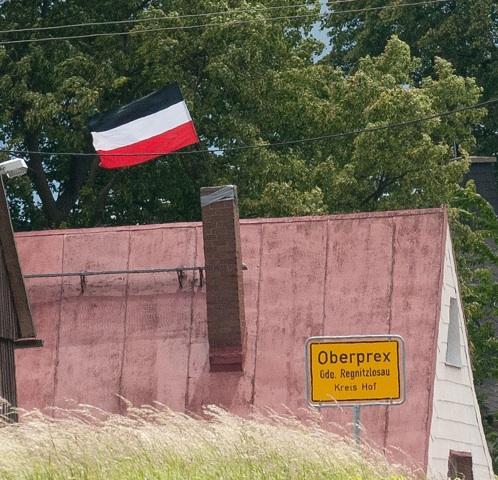Eine 'Reichsfahne' weht in Oberprex. Foto: Timo Mueller