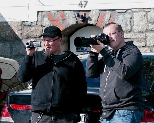 Die Anti-Antifa-Fotografen Sebastian Schmaus (l.) und Michael Reinhardt (r.) gegen Medienvertreter_innen.  Foto: Timo Mueller