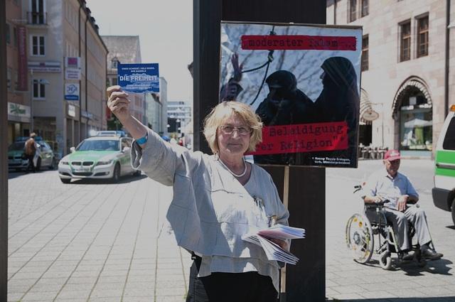 Die DF-Aktivist_innen agitierten mit Flyern und ihren bekannten Plakaten.  Foto: Timo Mueller