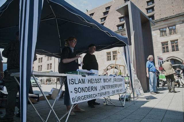 Schlecht besuchter DF-Infotisch bei der 'Kundgebung' auf dem Hallplatz. Foto: Timo Mueller