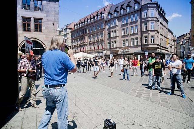 Der DF-Bayern-'Generalsekretär' Thomas Weiss (München) spricht auf dem Hallplatz.  Foto: Timo Mueller