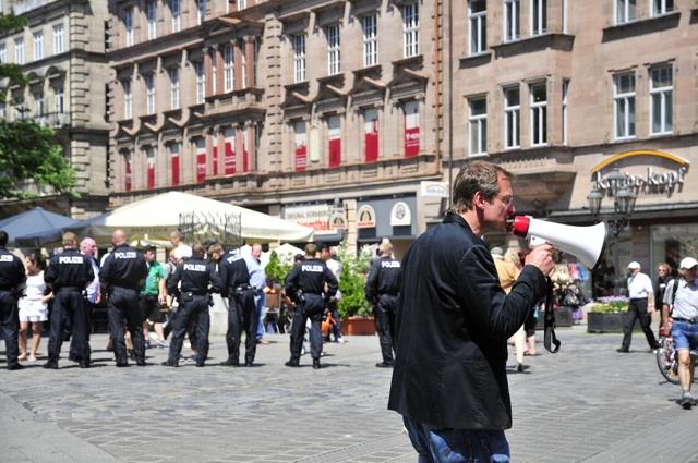 Dauerredner Michael Stürzenberger auf dem von der Polizei geräumten Hallplatz.  Foto: Timo Mueller