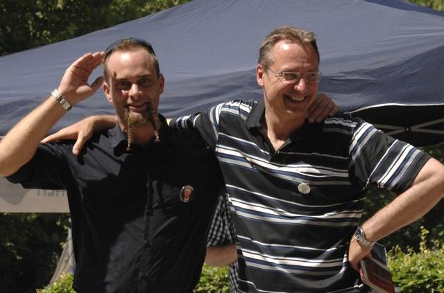 Posieren mit Buttons ihres Idols Geert Wilders am infostand für den Fotografen: DF-Landesvorstandsmitglied Erhard Brucker (l.) und DF-Landesvorsitzender Michael Stürzenberger (r.). Foto: Robert Andreasch