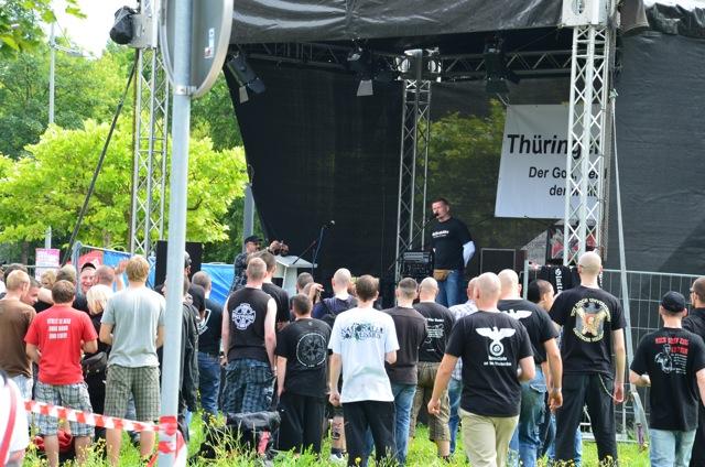 Matthias Fischer spricht vor dem Transparent des militanten 'Thüringer Heimatschutz'.  Foto: recherche-bayern