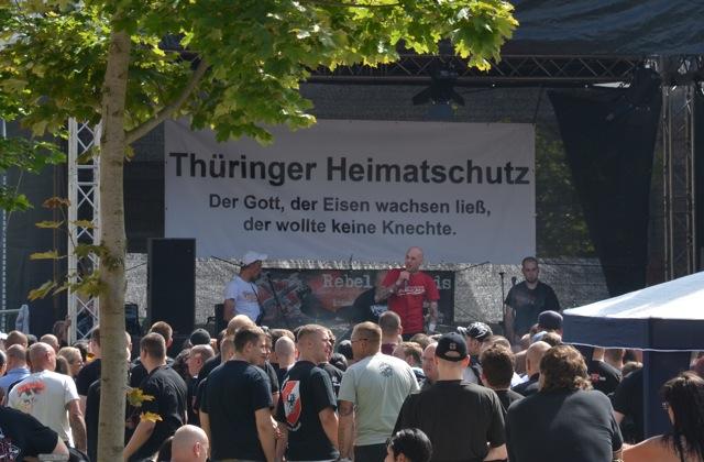Transparent des 'Thüringer Heimatschutzes' auf der Bühne des Neonazi-Open-Airs. Foto: recherche-bayern