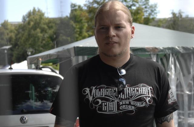 Der NPD-Funktionär Patrick Schröder im Ansgar Aryan-T-Shirt.  Foto: recherche-bayern