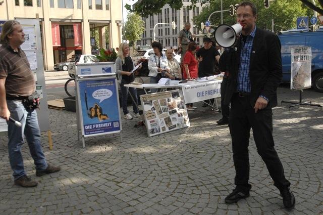 Die Aktivist_innen der rechtspopulistischen Kleinstpartei 'Die Freiheit' um Michael Stürzenberger (r.). Foto: Robert Andreasch