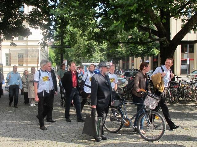 Roland Wuttke, Manfred Schiessl, Karl Richter, Vaness Becker bei der 'Freie-Wähler'-Demonstration. Foto: a.i.d.a.