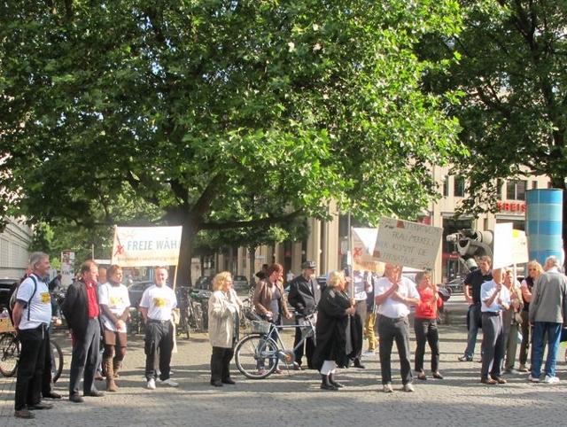Die NPD-und BIA-Aktivist_innen (links) auf der Abschlusskundgebung am Sendlinger Tor Platz.  Foto: a.i.d.a.