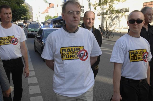Roland Wuttke (l.), Karl Richter (m.), Manfred Schiessl (hinten r.) und andere in der 'Freie Wähler'-Demo. Foto: Robert Andreasch