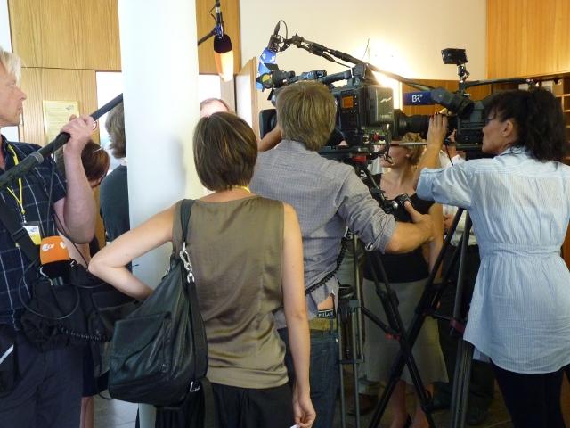 Großes Medieninteresse bei der ersten Sitzung.  Foto: a.i.d.a.