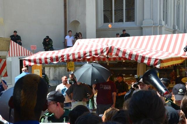 Chaos bei der sogenannten 'Kundgebung' der NPD zwischen den Marktständen. Karl Richter muss bei seiner Rede abgeschirmt werden. Foto: Hannah Hofmann