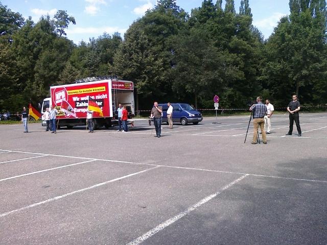 Mehr als zwölf Teilnehmende konnte die NPD nicht auf den abgelegenen Parkplatz mobilisieren. Foto: privat